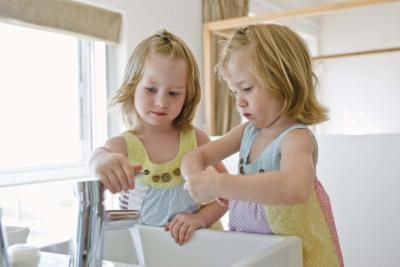 Lavaggio a mano ossessivo e vasino comportamento in un bambino