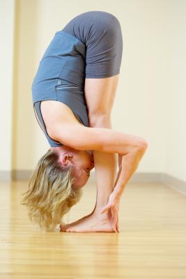 Come utilizzare una cinghia di Yoga per raddrizzare le spalle e torna