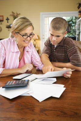 Modi per parlare di un adolescente di finanza personale
