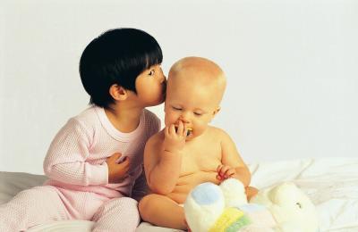 Come i genitori dovrebbero preparare fratelli per il sesso del bambino?