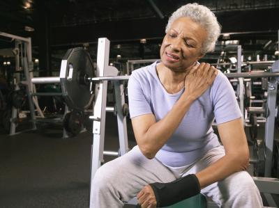 Sensazione di bruciore dei muscoli della spalla dopo il sollevamento pesi