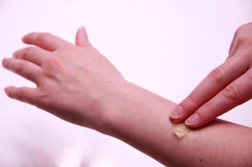 Come arrivare cera fuori della pelle