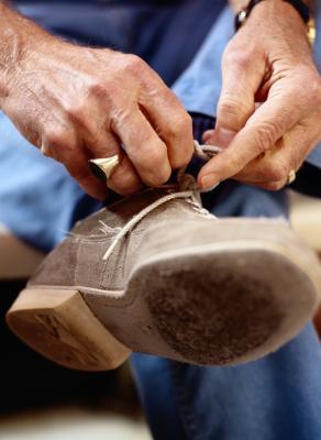 Come allungare scarpe con stretti archi