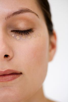 Come ridurre i cerchi scuri sotto gli occhi