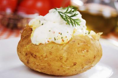Calorie in una patata al forno con burro e panna acida