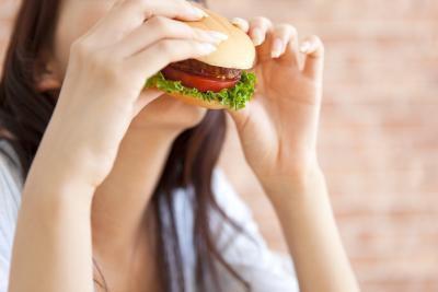 È sicuro mangiare hamburger durante la gravidanza?