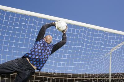 Se un portiere di calcio ha la sua mano sulla palla può un giocatore di calcio?