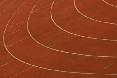 Qual è la distanza intorno a una pista da corsa per ogni corsia?