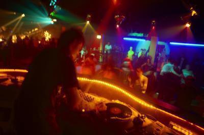 Come avere una grande festa di DJ per gli adolescenti