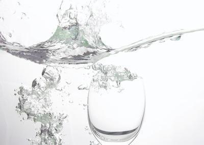Può bere molta acqua al giorno impedire i muscoli stretti?