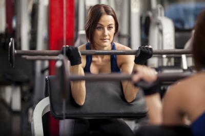 Un esercizio di riabilitazione per un muscolo bicipite tirato