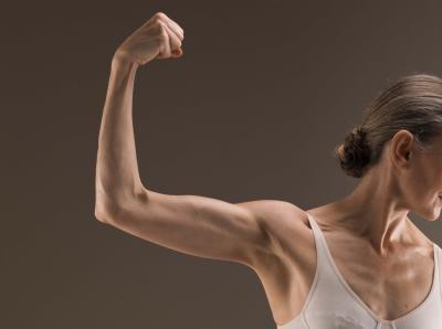 Esercizi con le braccia per il posto sopra il gomito in donne