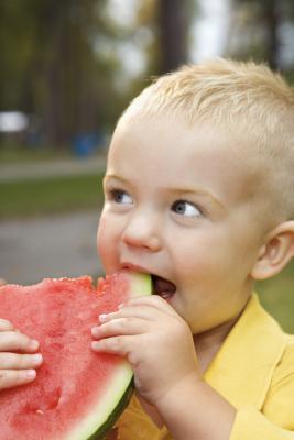 Come ottenere i più piccoli per iniziare a masticare il loro cibo