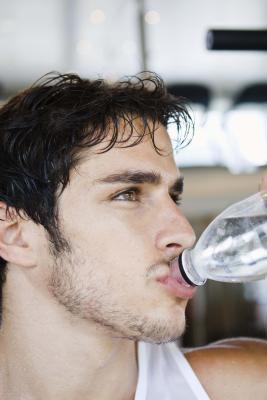 Rischi di bere 32 once di acqua tutto in una volta