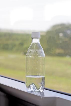 Effetti sulla salute dell'acqua bottiglie di plastica