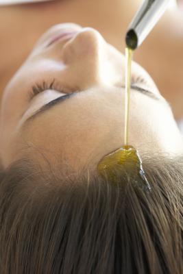 Trattamento di olio caldo fatto in casa per capelli secchi