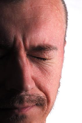 Quali sono le cause del mal di testa & sudorazione?