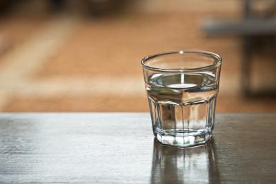 Si può bere un gallone di acqua al giorno per perdere peso?