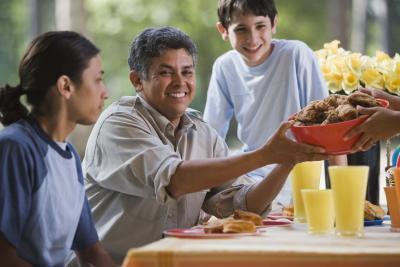 Come nutrire una grande famiglia i pasti sani su un bilancio