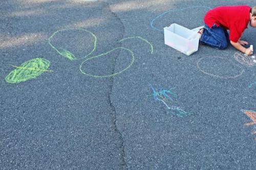 Giochi per giocare fuori con un bambino di 2 anni
