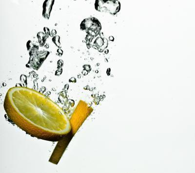 Sta bevendo il succo di limone in acqua fredda buono per voi?