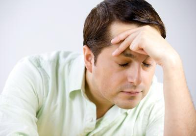 Stanco dopo aver mangiato con un mal di testa