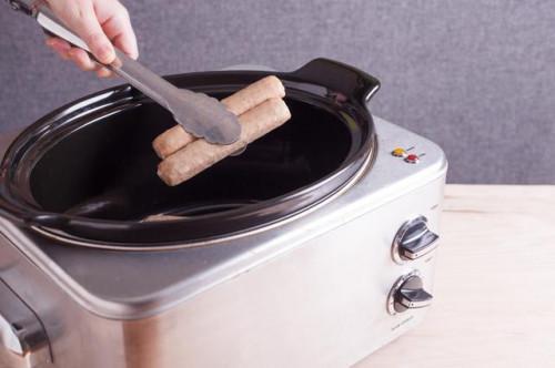 Come cucinare Bratwurst in una pentola di coccio