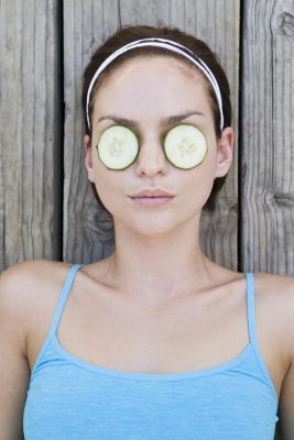 Modi per rimuovere le borse degli occhi