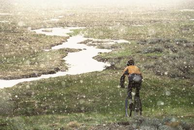 Cosa indossare quando si pedala sotto la pioggia
