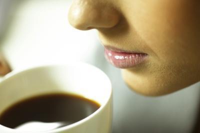 La caffeina contenuta nel caffè o tè causa acido nello stomaco?