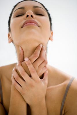 Cosa posso mangiare & bere per rendere la gola non come dolente?