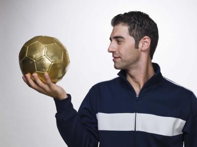 Quanta pressione di aria è in una sfera di calcio di dimensione di regolamento?