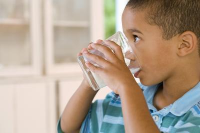 Può un bambino ottenere un'intossicazione alimentare da latte rimasto fuori tutto il giorno?