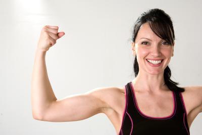 Esercizi con le braccia per le donne a perdere grasso del braccio