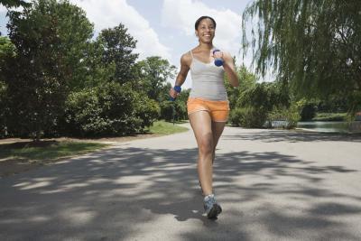 Il miglior esercizio da fare per le braccia mentre cammini