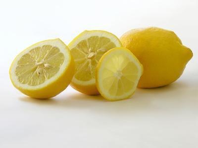 Come rimuovere le macchie scure sul viso con succo di limone