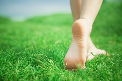 La forma corretta per camminare a piedi nudi
