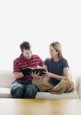 Come ottenere gli adolescenti interessati nella Bibbia