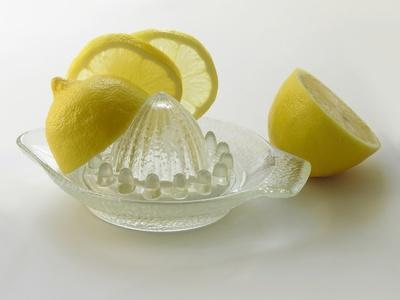 Come sbarazzarsi di macchie di età con succo di limone & Yogurt