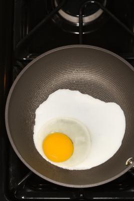 Il modo migliore per friggere un uovo senza attaccare