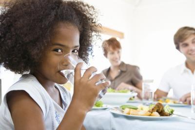 Acqua potabile dopo aver mangiato interferisce con la digestione?
