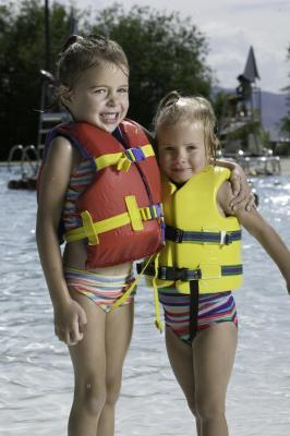 Che tipo di giubbotto di salvataggio non è legale per i bambini sotto sei?