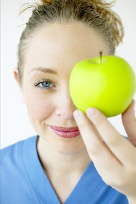 Come mantenere la pelle sotto gli occhi naturalmente idratata