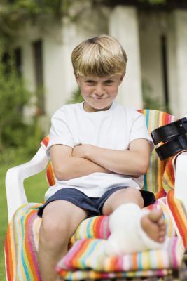 Attività per un bambino con una gamba rotta
