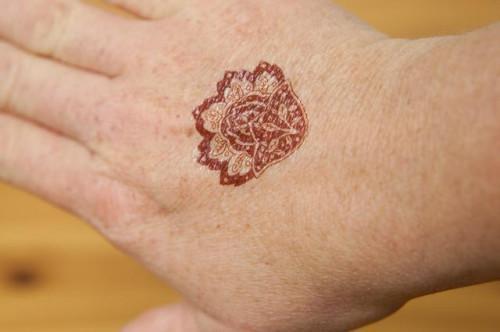 Come rimuovere l'inchiostro del tatuaggio del hennè