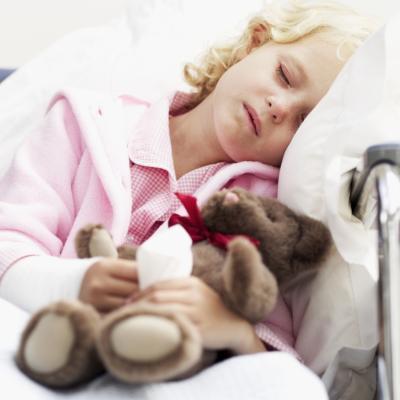 Un bambino con un braccio rotto di balneazione