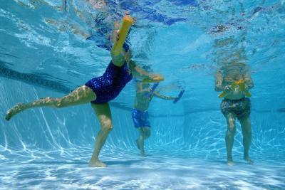 Esercizi in acqua per perdere peso in gambe & stomaco