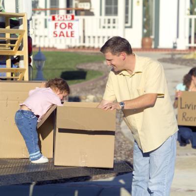 Diversi tipi di scatole vuote per i bimbi a giocare in