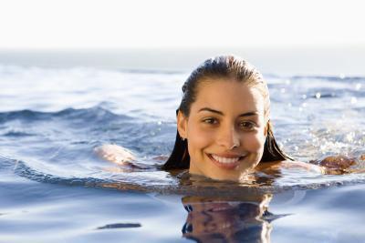 Come rimuovere l'acqua dalle orecchie dopo il nuoto