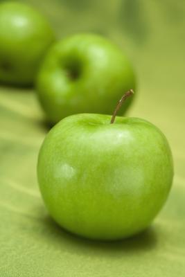 Ci sono benefici per la salute di succo di mela rispetto alle mele crude?